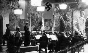 Celebración del cumpleaños de Hitler de 1943, en el escenario modernista delPalau de la Música, adornado con toda la parafernalia nazi, que aparece en el libro Nazis a Barcelona.