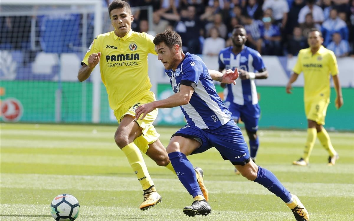 El centrocampista del Alavés Ibai Gómez disputa un balón en el partido ante el Villarreal