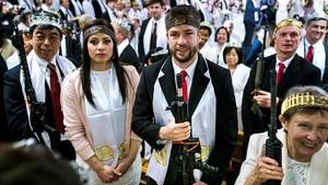 Devotos de la Iglesia de la Paz Mundial y la Unificación, en Pensilvania, confusiles de asalto y coronas de balas, en una ceremonia de bendición para volver a santificar sus matrimonios