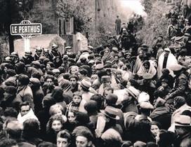 Cientos de exiliados cruzan la frontera por El Pertús (Francia).