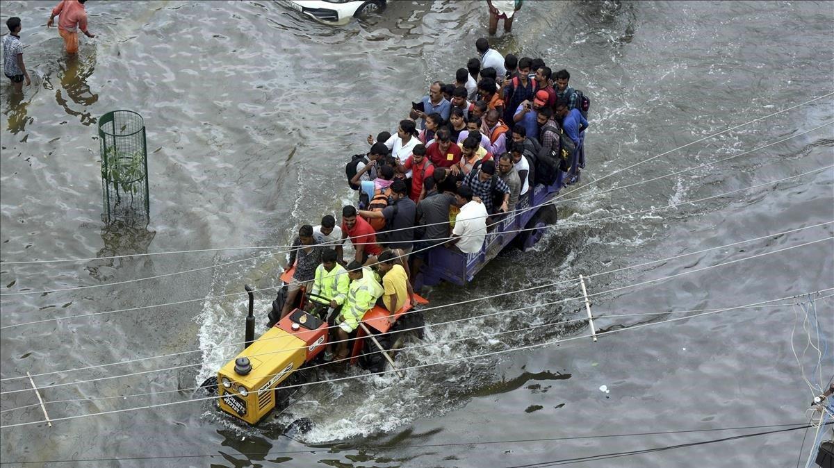 Ciudadanos auxiliados con botes en la ciudad india de Patna, azotada por importantes inundaciones.