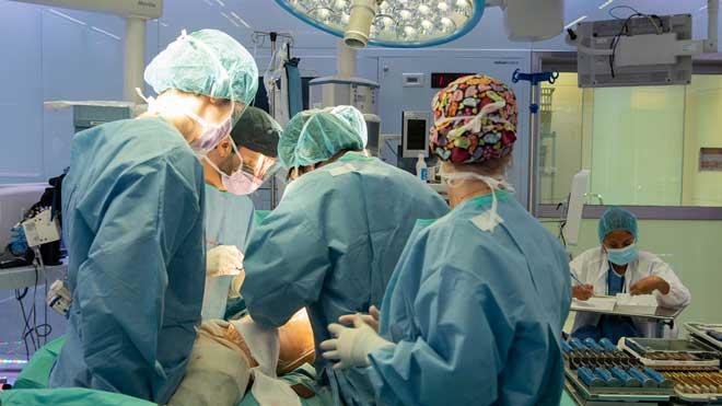 El Clínic, primer hospital d'Espanya a operar el maluc sense hospitalitzar el pacient