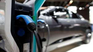 Un coche eléctrico en el Salón del Automóvil de París.