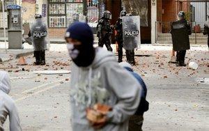 Enfrentamiento entre jóvenes y la policía de Colombia.