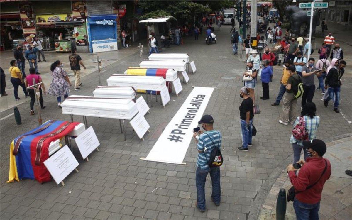 Un veloriosimbólico de rechazo a las recientes masacres en Colombia.