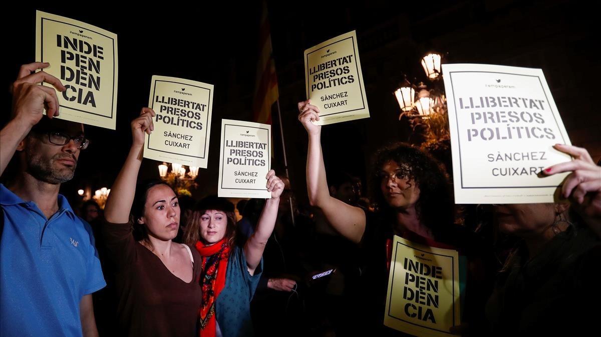 Concentración de protestapor la decisión judicial de encarcelar a los dirigentes de la ANC y Òmnium Cultural, en la plaça de Sant Jaume.