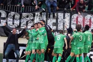 Los jugadores del Cornellà celebran el gol ante el Lleida.