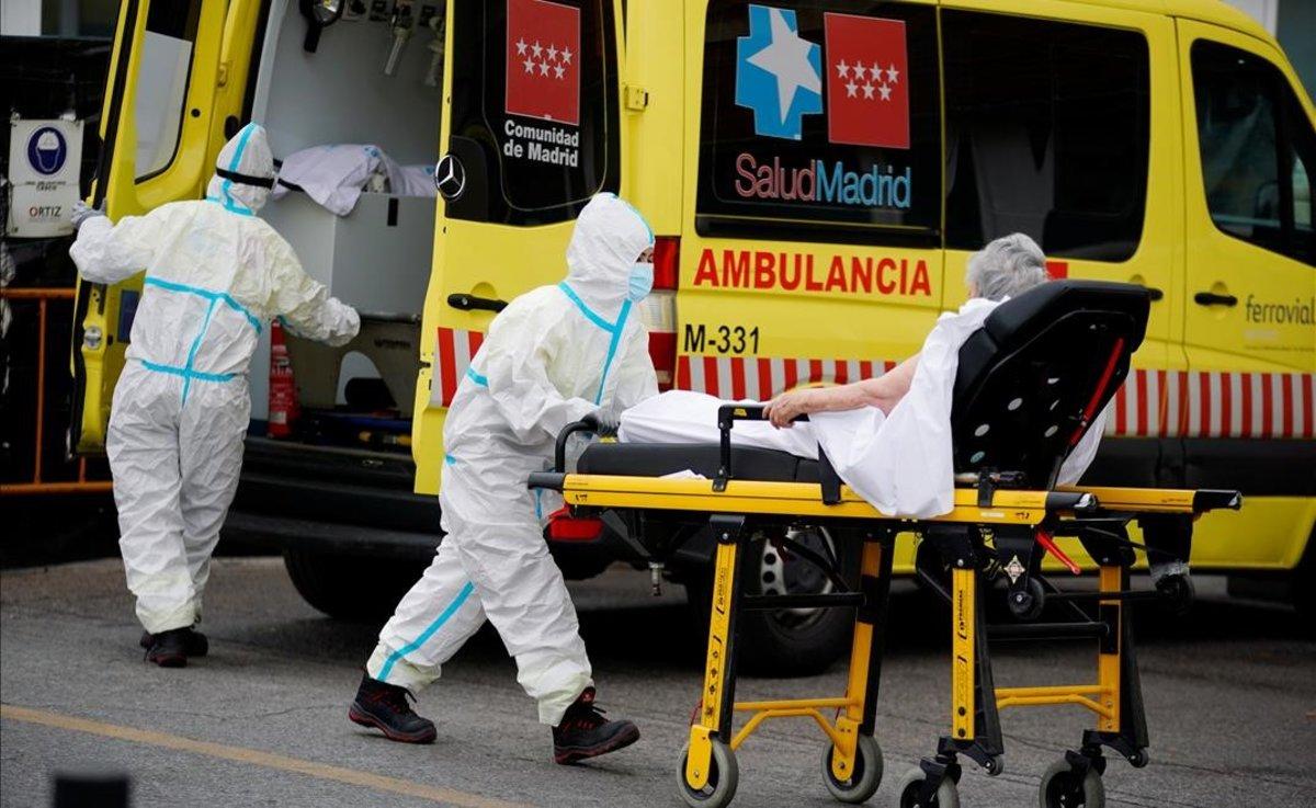 Un sanitario con equipo de protección traslada a un paciente al servicio de urgencias del Hospital 12 de Octubre de Madrid, el pasado 10 de agosto.