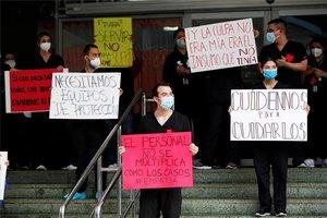 Personal médico de Panamá protesta por falta de pagos e insumos para atender la pandemia.