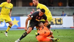 Cristiano choca con el portero del Chievo, Sorrentino.