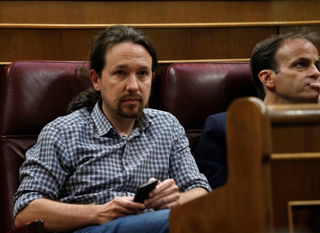 GR1052. MADRID, 22/07/2019.- El líder de Unidas Podemos, Pablo Iglesias (izda), en su escaño del hemiciclo del Congreso durante la primera jornada del debate de investidura, en la que afronta desde este lunes el debate que puede desembocar en su elección como presidente del primer Ejecutivo de coalición en la reciente historia de España, si cuaja el acuerdo de su partido (PSOE) con la coalición de izquierda Unidas Podemos (UP). EFE/Emilio Naranjo