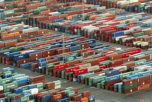 Depósito de contenedores en el puerto de Barcelona.