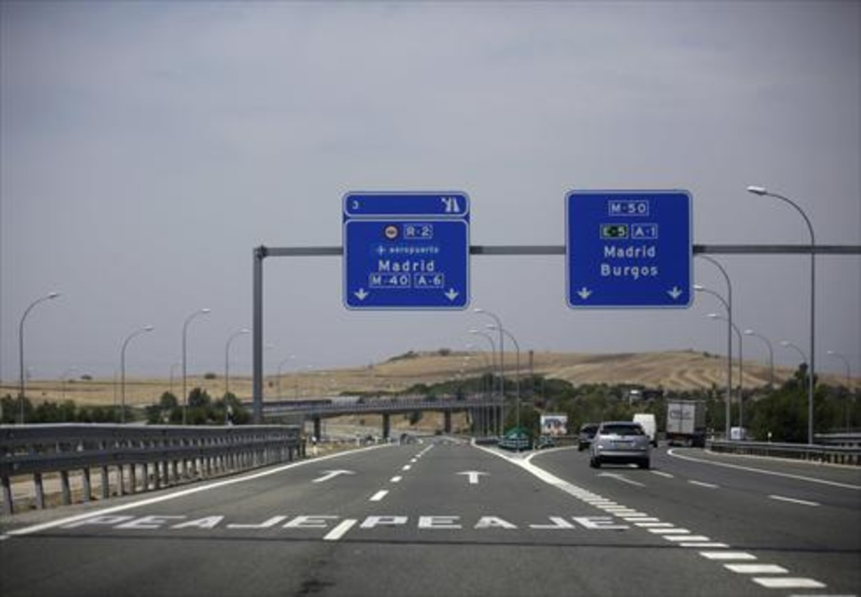 Desviament cap a l'autopista de peatge de l'Aeroport de Madrid i cap a l'autovia gratuïta A-1.