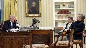 Donald Trump habla por teléfono ante Steve Bannon (primero, a la derecha) en el Despacho Oval, el 28 de junio del 2017.