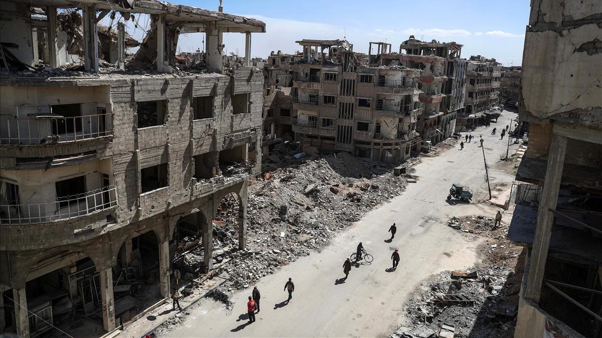 Vista general de los edificios destruidos en un barrio de Duma.