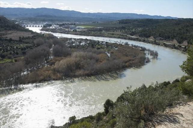 El Ebro, a su paso por el meandro de Flix durante una crecida.
