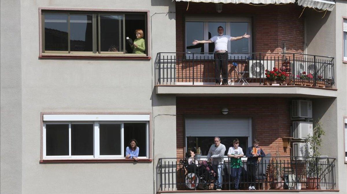 Un edificio de Barcelona con sus vecinos confinados en casa.