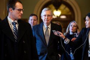 El lider republicano en el Senado de Estados UnidosMitch McConnellconversa con los medios mientras abandona el Capitolioen WashingtonEstados UnidosEFEJim Lo Scalzo