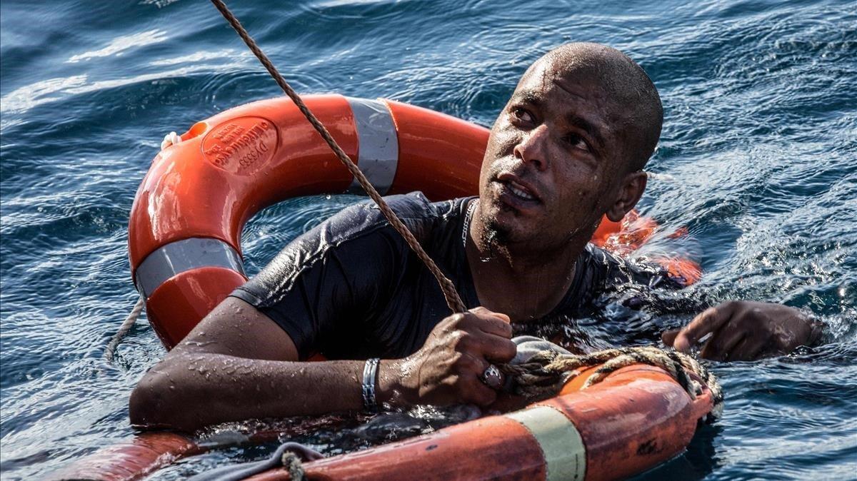 Un emigrante es rescatado con un salvavidas después de que se tirara al mar frente a la costa de Malta desde el barco de rescate Sea-Watch 3 de bandera holandesa en un intento de llegar a la costa a nado. Activistas de derechos humanos han acusado a Europa por su vergonzoso record de negativas a abrir puertos para niños y familias emigrantes varados en el mar. El Sea-Watch 3 recibió permiso de Malta para protegerse de los fuertes vientos aproximándose a la costa, pero no para entrar a puerto.