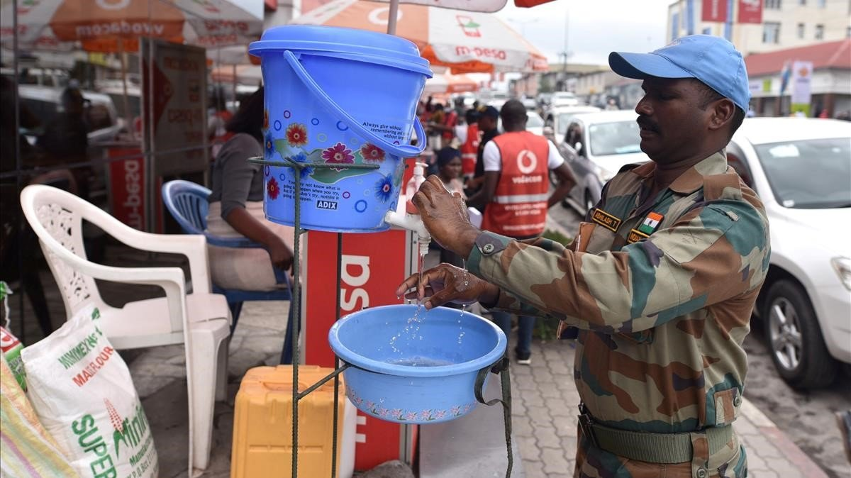 Un empleado de la ONU lava sus manos en la República Democrática del Congo como medida de higiene por el coronavirus.