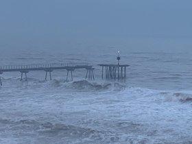 El Pont del Petroli, partido en dos por el oleaje del temporal 'Gloria'.