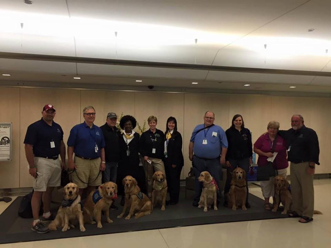 El equipo de Lutheran Church Charities Comfort Dogs desplegado en Orlando.
