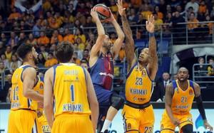El escolta del Barça Juan Carlos Navaro intenta superar a Thomas del Khimki en el partido