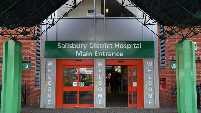Entrada del hospital del Salisbury donde permanecen ingresadas dos personas.