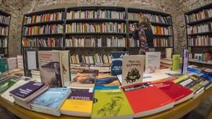 Estanterías de la librería Calders de Barcelona.