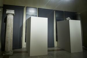 Estatuas romanas de desnudos cubiertas con paneles, en el Campidoglio de Roma, este lunes.