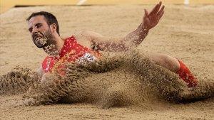 Eusebio Cáceres aterriza en uno de los saltos que le dio la clasificación a la final de longitud.