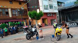 Sexismo en un espectáculo en el que dos mujeres se desnudaban mientras lavaban motos