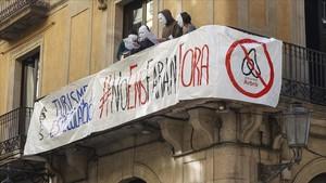 Protesta vecinal contra los pisos turísticos, el pasado marzo, en la calle Princesa.