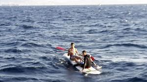 Dos inmigrantes interceptados en Tarifa cuando viajaban conuna tabla de windsurf sin vela.