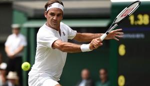 Federer devuelve un revés, en su partido con Mannarino en Wimbledon.