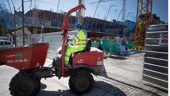 El FMI estima que el PIB de España se contraerá un 8% en el 2020. En la foto, un trabajador en una obra de Barcelona.