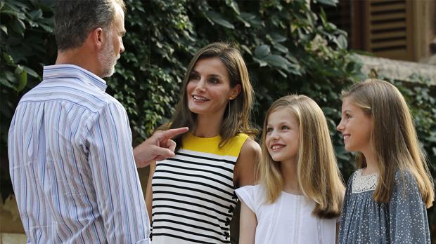 Felip i Letizia, amb les seves filles, la princesa Elionor i la infanta Sofia, al palau de Marivent.