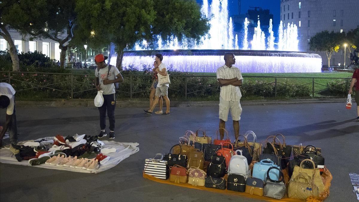 Fotografía de archivo de vendedores del 'top manta'm en la plaza Catalunya.