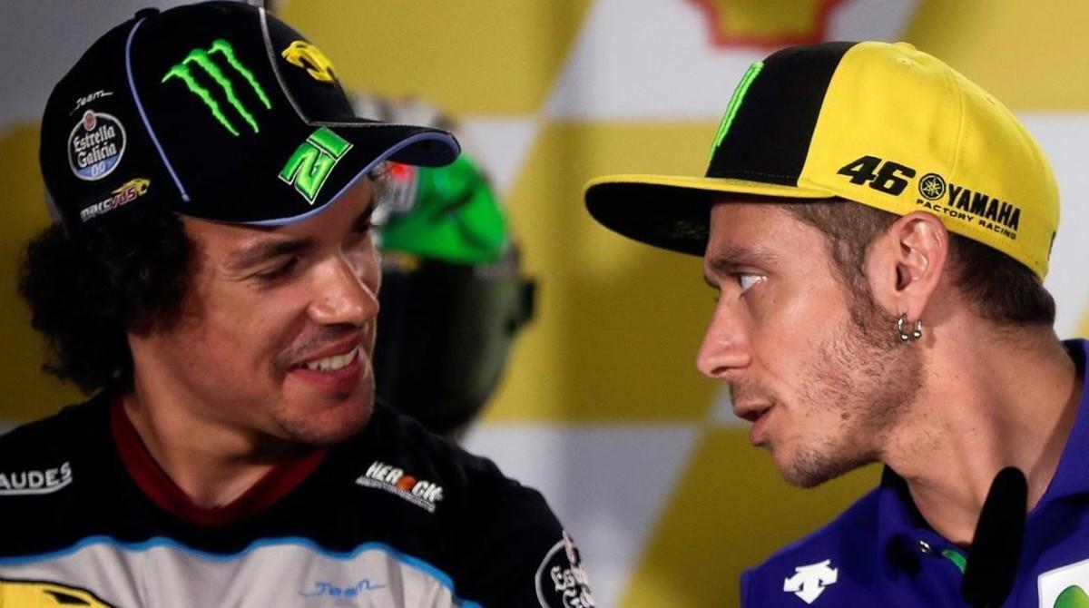 Franco Morbidelli, a la izquierda, conversa con su maestro Valentino Rossi, en la conferencia de prensa del Gran Premio de Malasia, celebrada, en Sepang, el pasado jueves.