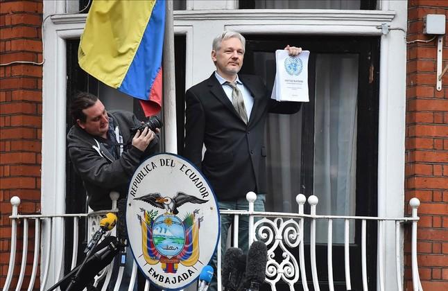 El fundador de Wikileaks, Julian Assange, se dirige a los medios desde elbalcón de la embajada de Ecuador en Londres.Foto de archivo. Febrero del 2016.