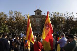 Gentconcentradafora del Parlamentambdiferents banderesmentre se celebrael Pleper a ladesconnexióila independència.