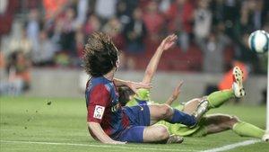 Messi mira cómo entra el balón a la portería del Getafe tras picar el esférico por encima del último defensor tras ir sorteando rivales desde el medio campo, en las semifinales de la Copa 2006-2007.