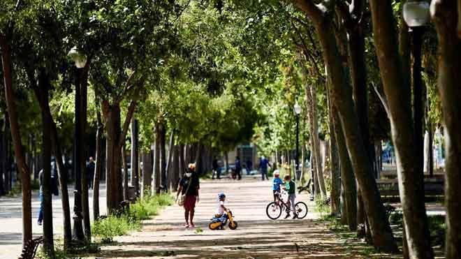 El Govern propone que las salidas a la calle sean por franjas horarias. En la imagen, una familia pasea por la avenida Meridiana de Barcelona.