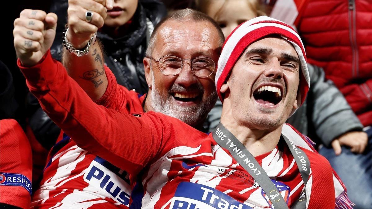 Griezmann festeja la Europa League con su padre en el estadio de Lyón.