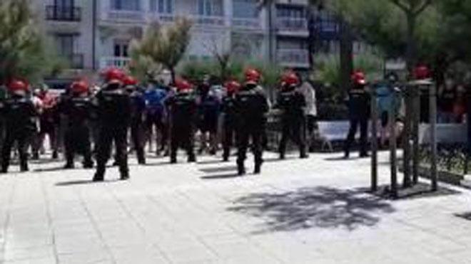 Grupos de antifascistas y radicales increpan a dirigentes de Vox durante un paseo por las calles del centro de San Sebastián