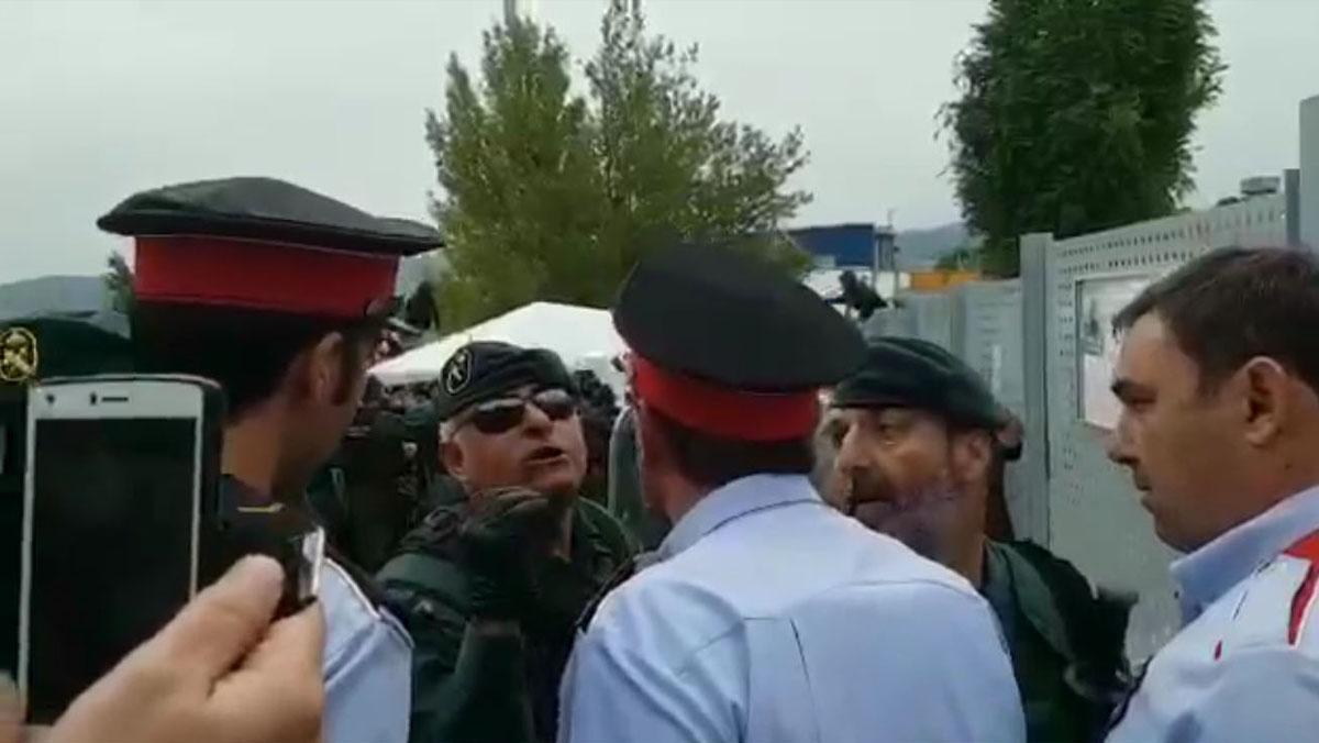 Antidisturbios de la Guardia Civil apartan y golpean a dosagentes de los Mossos en Sant Joan de Vilatorrada.