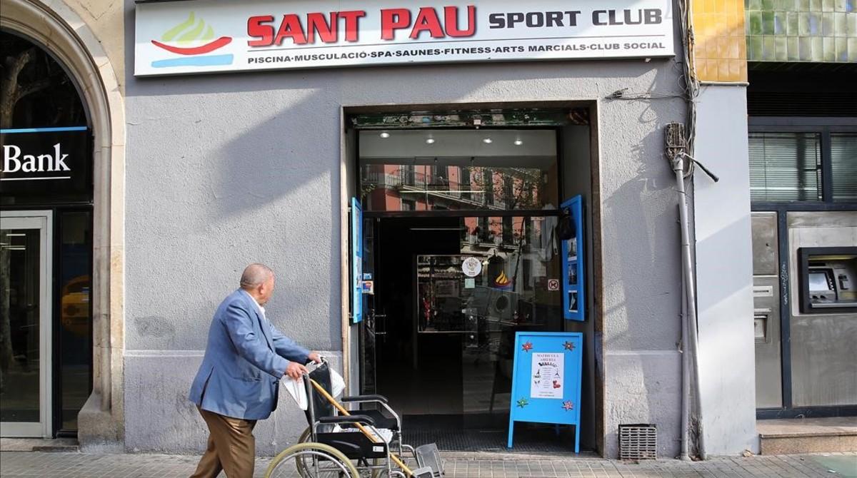 Entrada principal del gimnasio Sant Pau, en la ronda de Sant Pau.