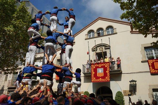 Imagen de una actuación castellera frente al Ayuntamiento de Esplugues en la Fiesta Mayor de Sant Mateu de 2018