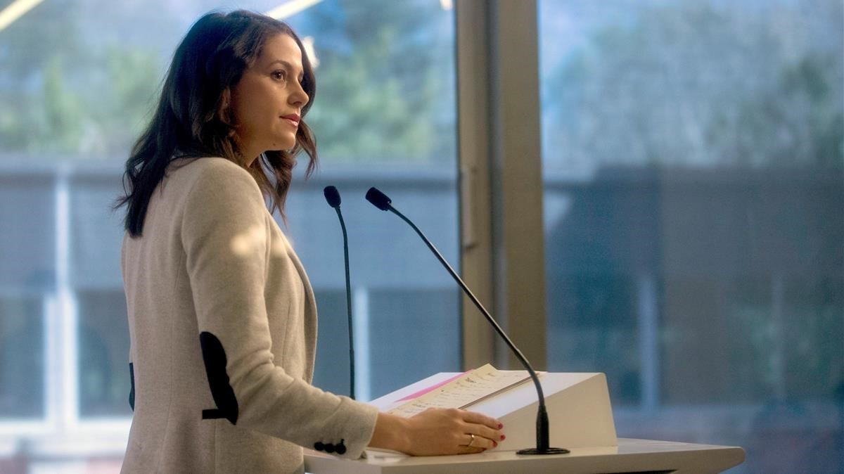 Inés Arrimadas, en rueda de prensa en la sala de prensa del Parlament.
