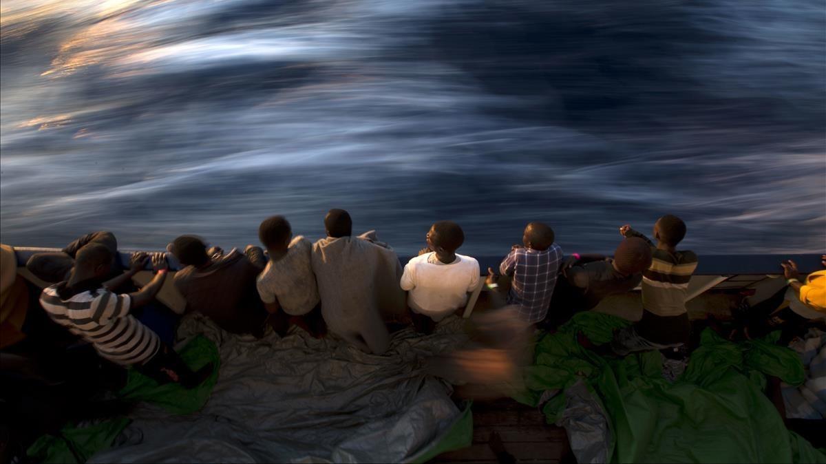 Inmigrantes rescatados a bordo del Golfo Azzurro, la embarcación de la oenegé Proactiva Open Arms.